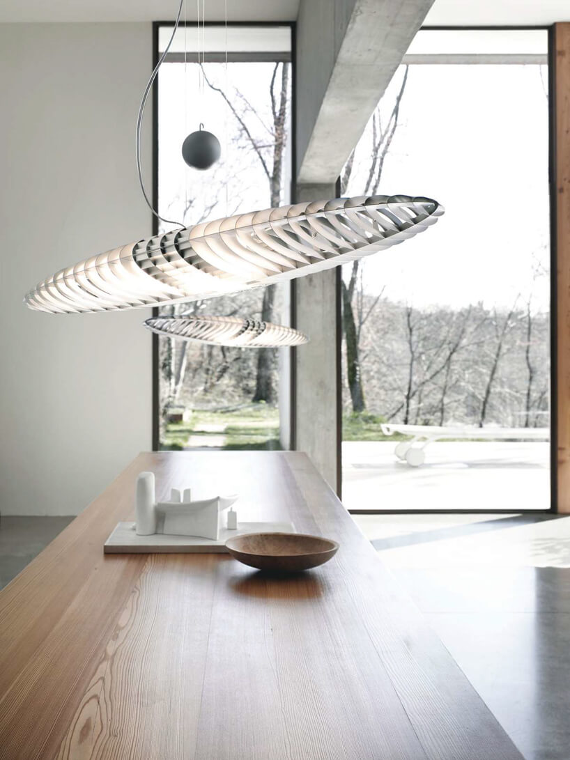 podłużna lampa Titania nad blatem wprzestronnej kuchni