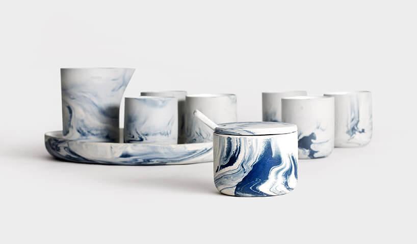 zestaw kremowej porcelany pomalowanej na niebiesko