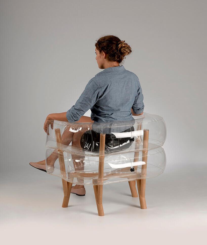kobieta siedzące wprzezroczystym dmuchanym fotelu
