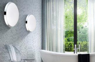 wnętrze łazienki z szarą tapetą 3D i dwoma plafonami obok okna