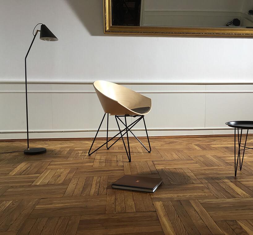 drewniane krzesło wskromnej aranżacji