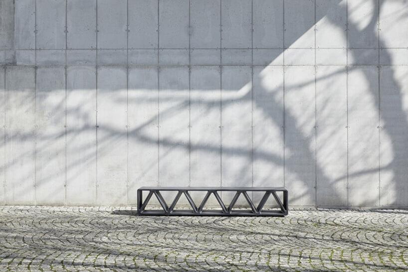 ławka na tle białej ściany