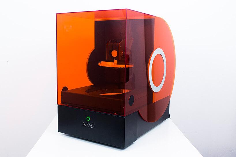 drukarka 3D zpomarańczową obudową