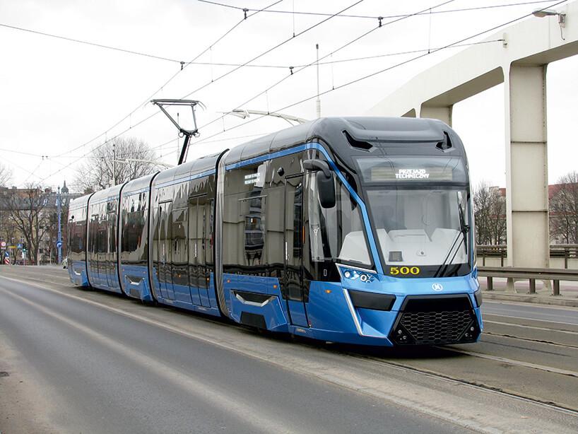 niebieski tramwaj niskopodłogowy
