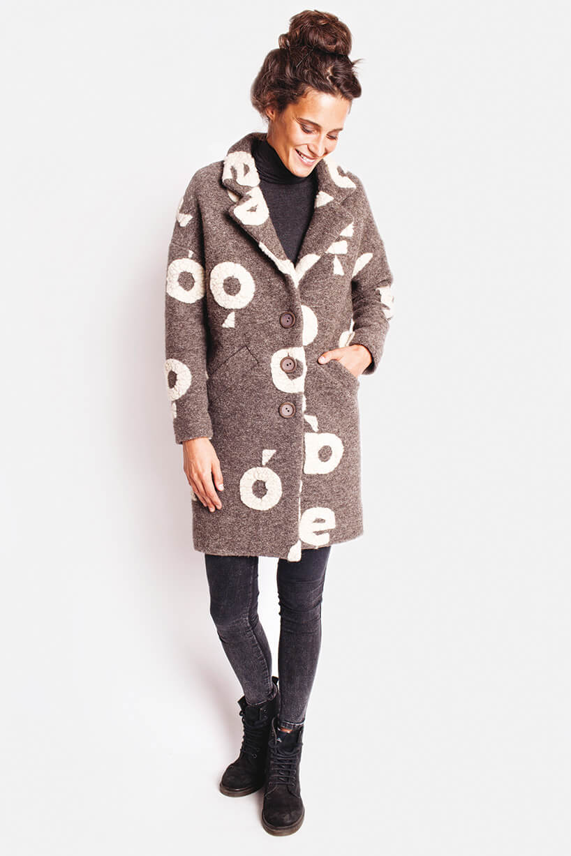 brązowy długi płaszcz