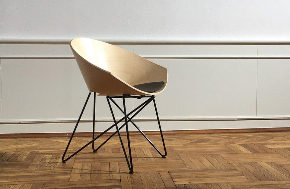 drewniane krzesło na parkiecie