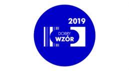białe logo Dobry Wzór 2019 w niebieski kole