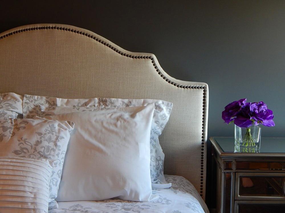 Dodatki do sypialni na lato – narzuty na łóżko, poduszki dekoracyjne iinne
