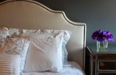 Dodatki do sypialni na lato – narzuty na łóżko, poduszki dekoracyjne i inne