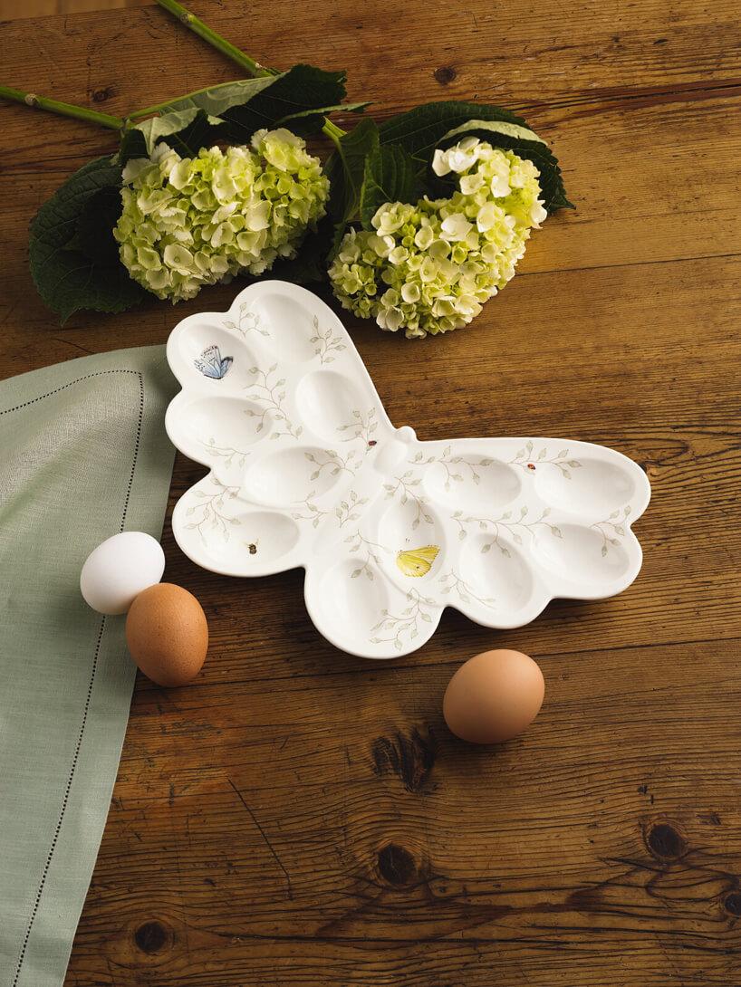 taca na jajka wkształcie motyla na drewniany ciemnym blacie
