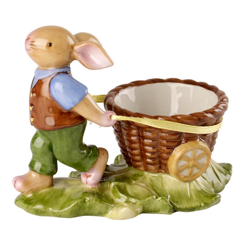 kolorowa figurka królika ciągnącego wiklinowy wózek