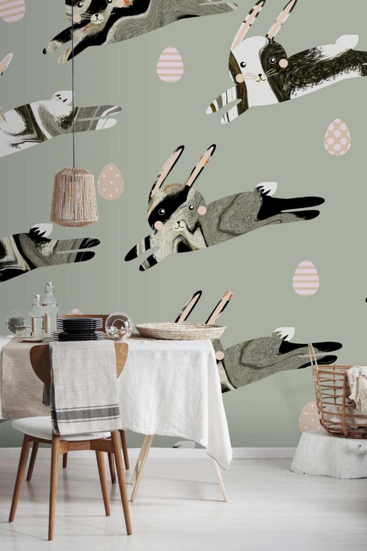 mały zastawiony stolik zbiałym obrusem na tle tapety wrysunkowe króliki