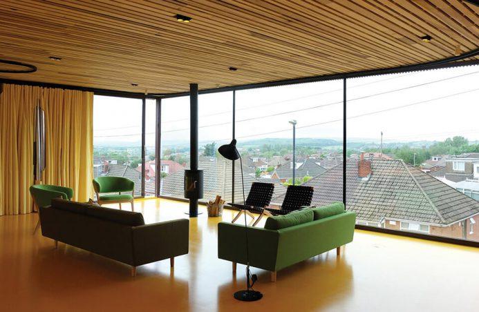 salon z widokiem na miasto