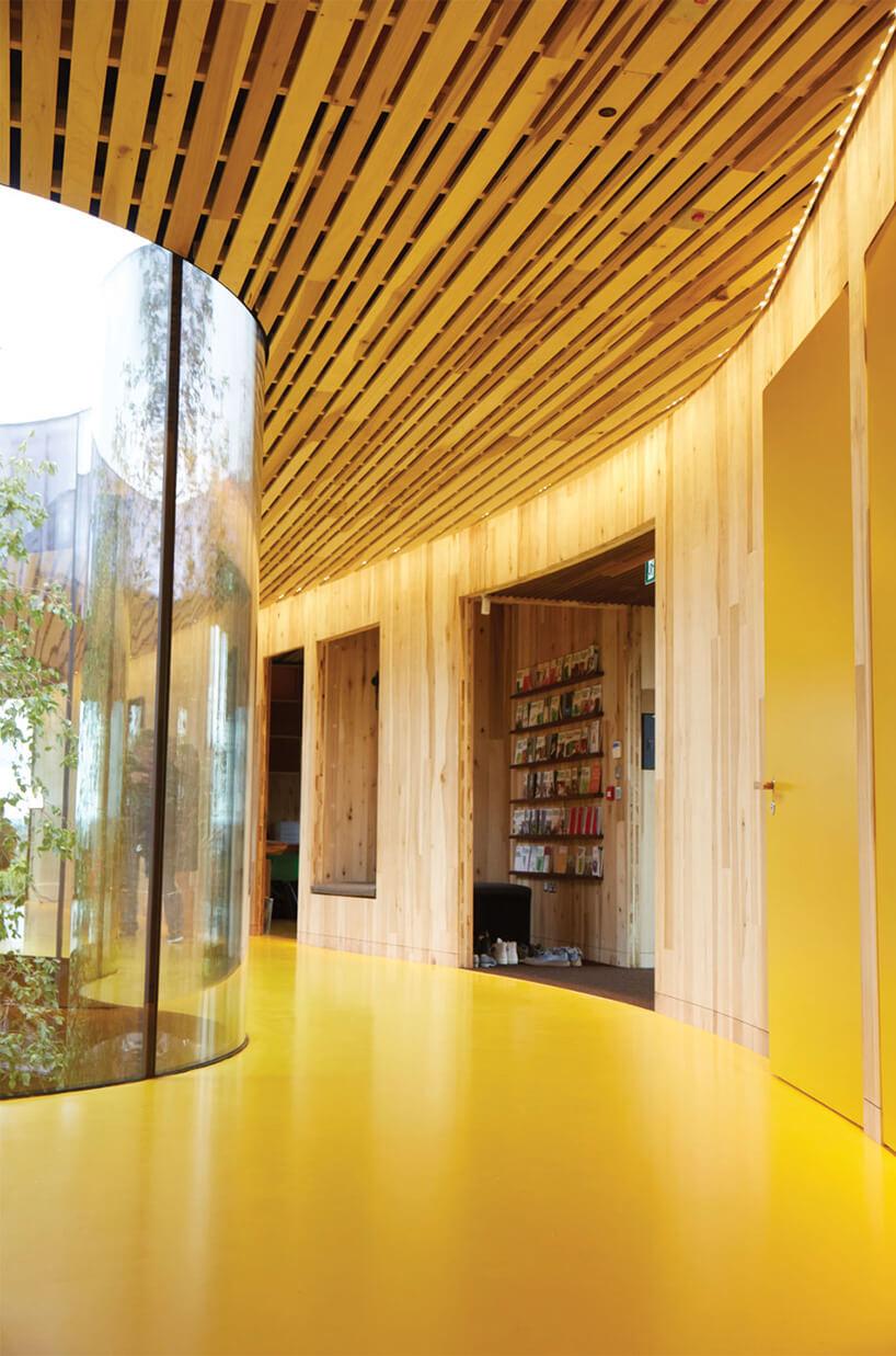 wnętrze domu zdrewniany sufitem iszklanym rozdzieleniem