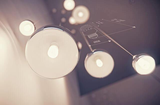 cztery lampy wiszące z chromowanymi kloszami