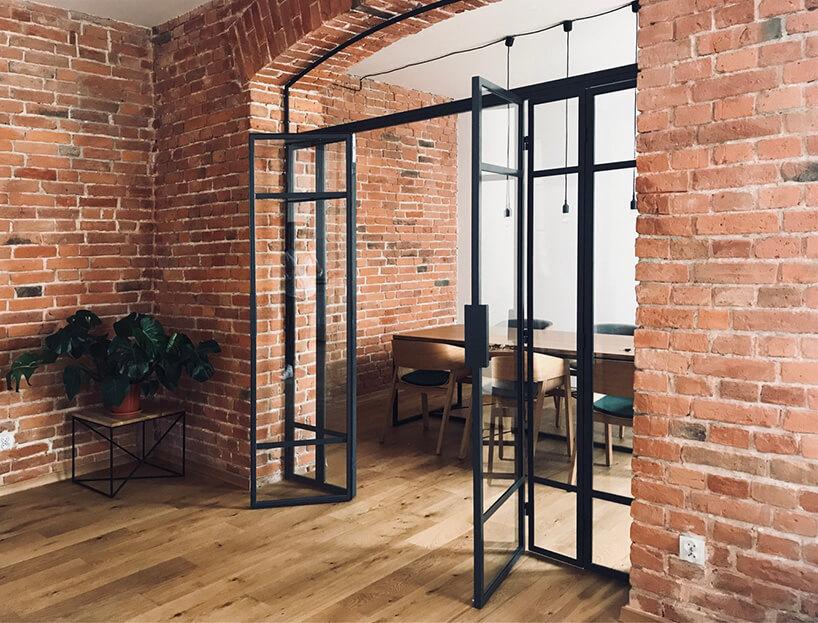 szklane drzwi zmetalową czarną ramą iceglą