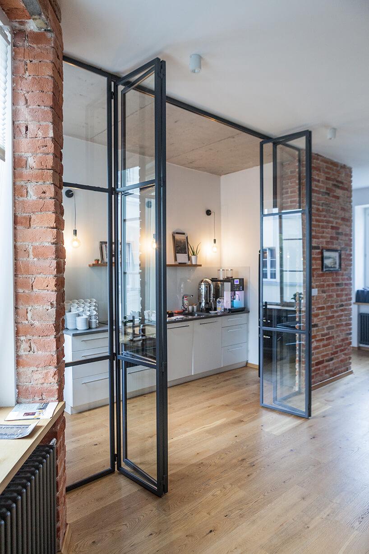 metalowe czarne ramy ze szkłem wjasnym pomieszczeniu