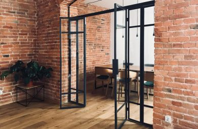 szklane drzwi z metalową czarną ramką