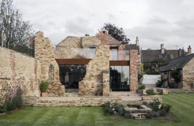 nowoczesny dom zbudowany w murze przy zielonym trawniku