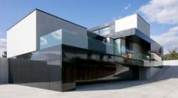 duża połyskująca czernią ściana zszklaną balustradą