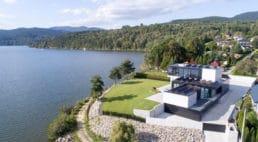 nowy dom usytuowany nad wodą