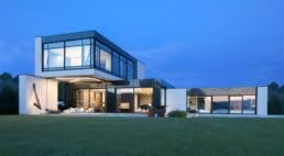 zielona trawa przy szklanym domu zoświetleniem