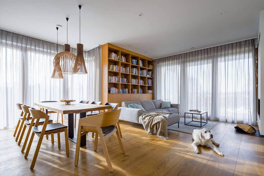 Słoneczna przestrzeń zkojącym widokiem: dom pod Łodzią