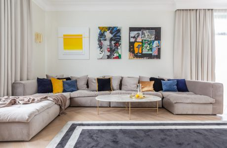 sofa w salonie domu w konstancinie płużek studio