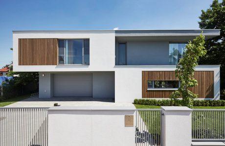 elewacja nowoczesnego domu od 81.WAW.PL z drewnianymi elementami