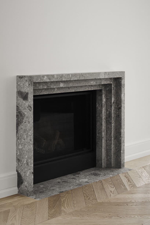 kominek zobramówką wykonaną zszarego betonu