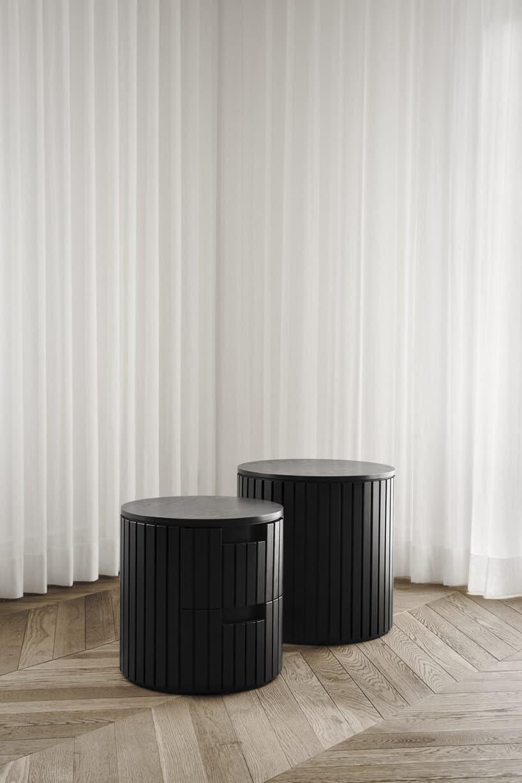 białe długie zasłony przy dwóch czarnych falowanych okręgach
