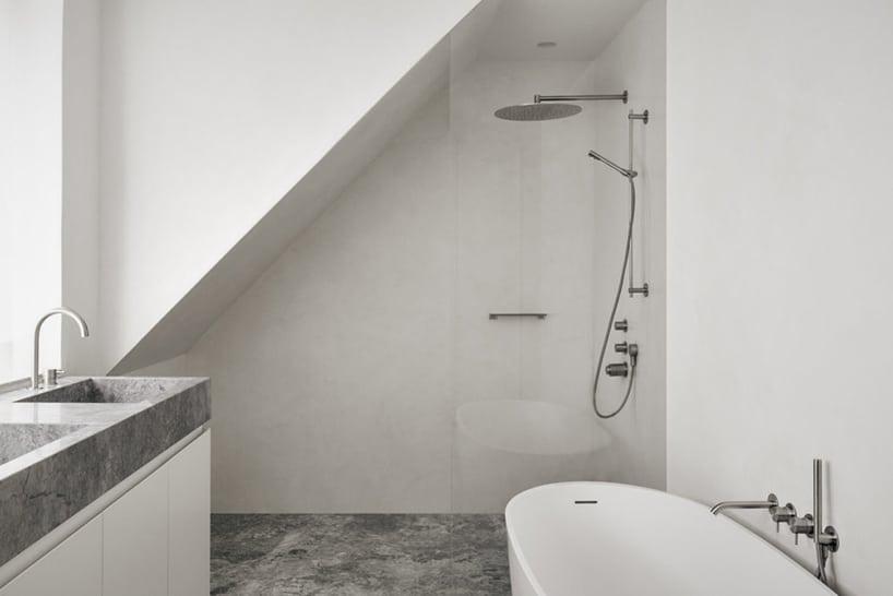 minimalistyczna łazienka wkolorze białym oraz dodatkami betonowymi