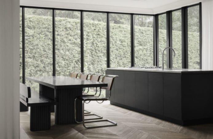 minimalistyczne wnętrze w kolorze czarnego matu