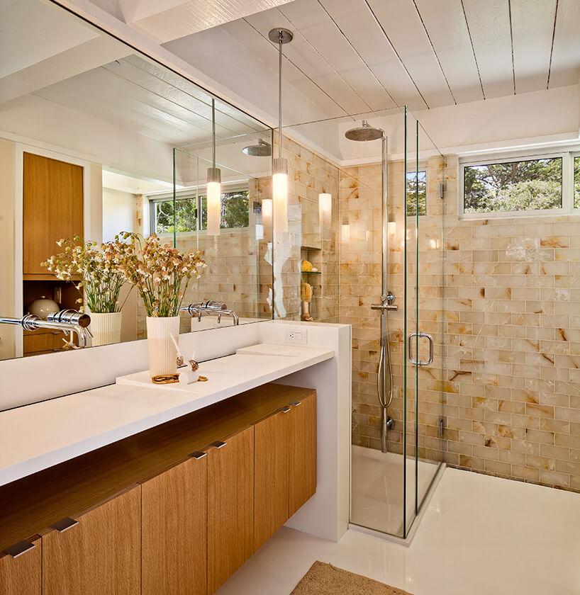 efektowna łazienka zdrewnianymi szafkami