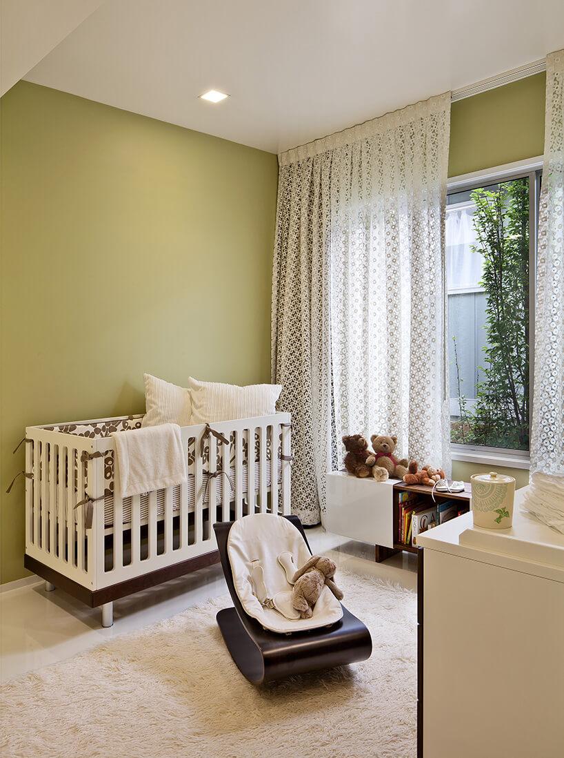 jasno zielony pokój dziecięcy złóżeczkiem