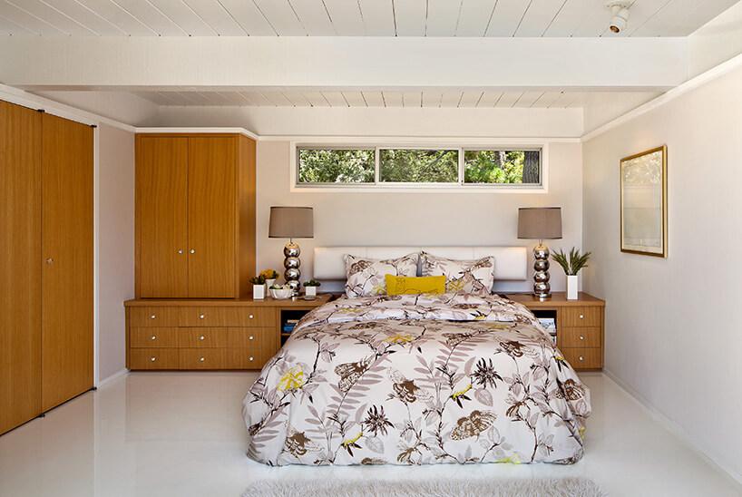 łóżko wjasnej sypialni zdrewnianą zabudową