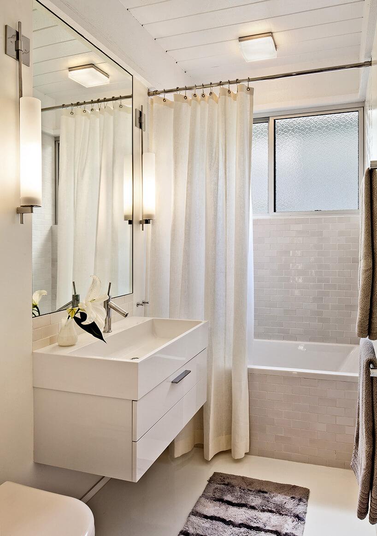mała łazienka wbiałym kolorze