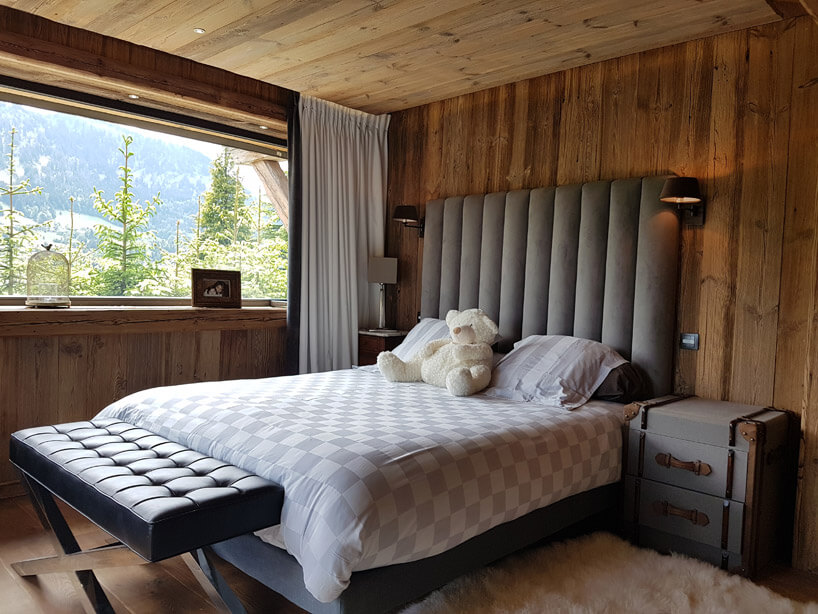 biały miś na łóżku wdrewnianym pokoju