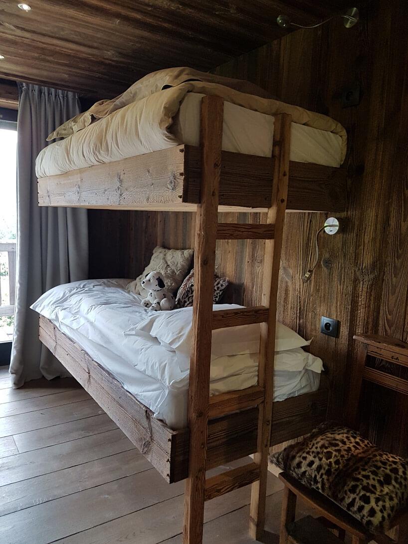 łóżko piętrowe wykonane zdrewna