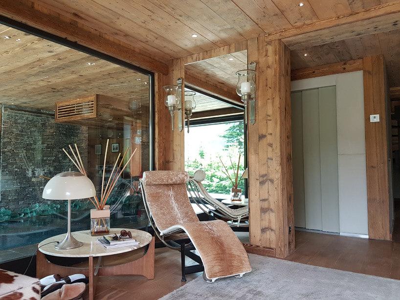 leżak obok drewnianego stołu