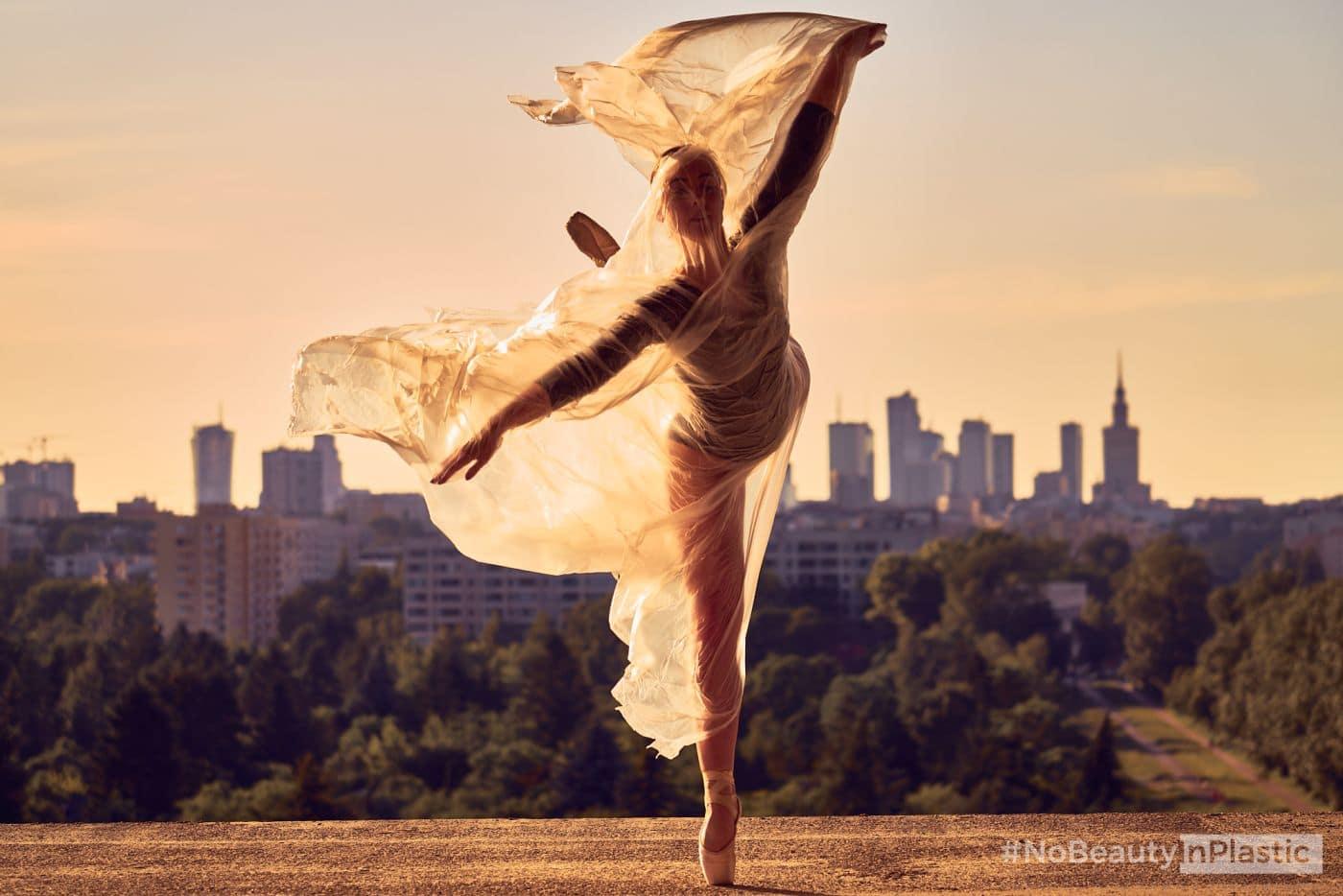 baletnica zfolią zamiast stroju baletnica ubrana wworek zfolii