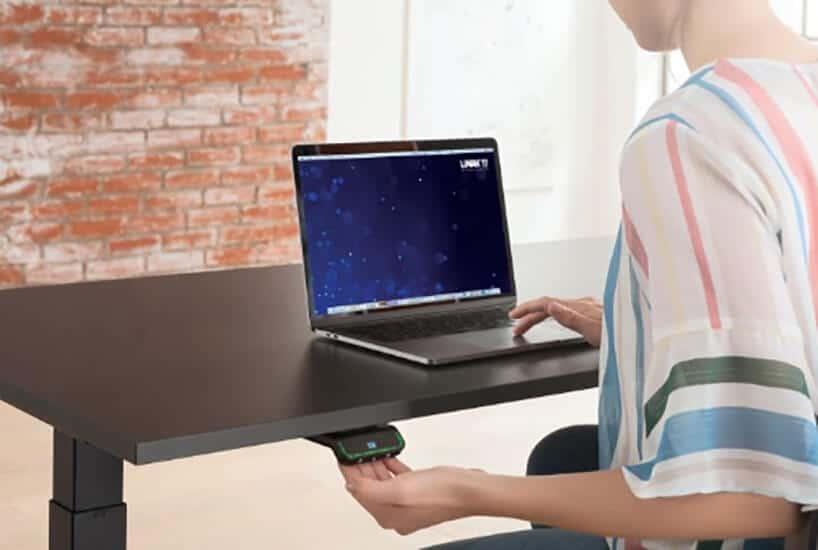 czarne biurko zkomputerem oraz panelem sterowania wysokością biurka