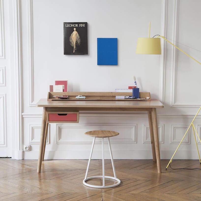 proste nowoczesne biurko Honore od Harto zjedną szufladą idrewnianą przystawką