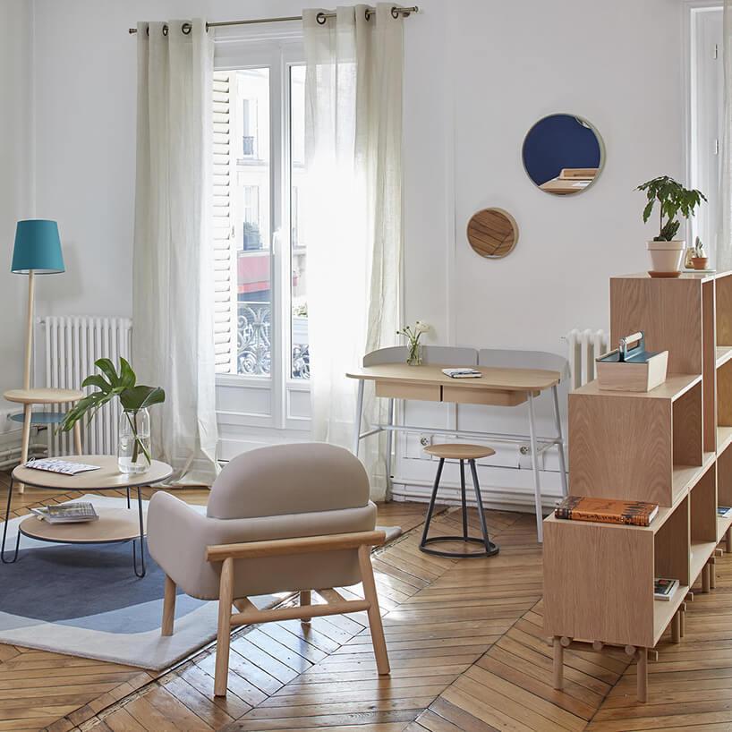proste nowoczesne biurko Victor od Harto waranżacji białe salonu zdrewnianymi meblami ipodłogą