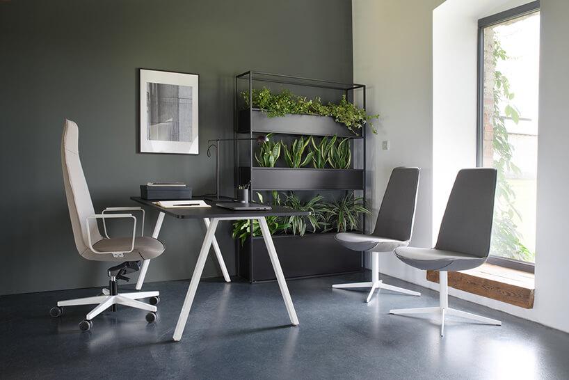 krzesło Lumi od Bejot wwersji beżowej na kółkach iszarej stacjonarnej wczarnym gabinecie