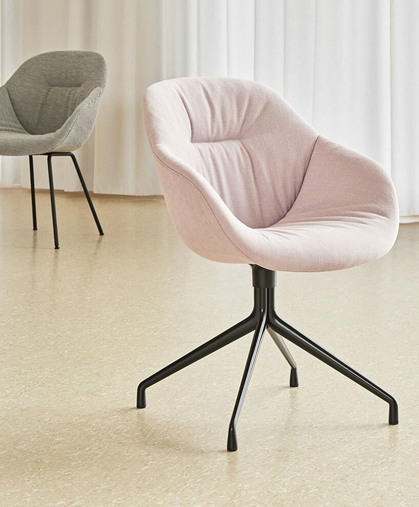 różowe iszare krzesło AAC121 Soft od Hay czarną podstawową na jasnej drewnianej podłodze