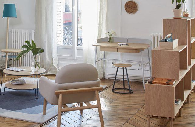 proste nowoczesne biurko Victor od Harto w aranżacji białe salonu z drewnianymi meblami i podłogą