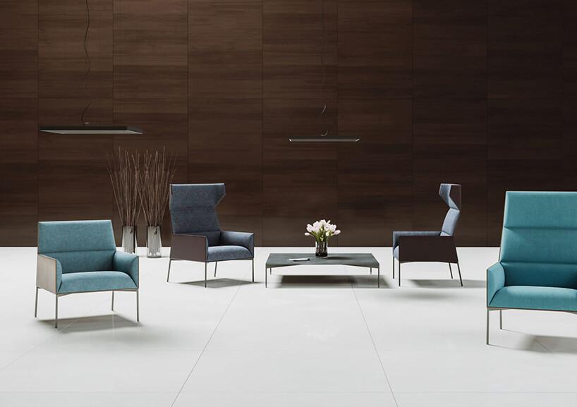 nowoczesne fotele na tle ciemno brązowej drewnianej ściany