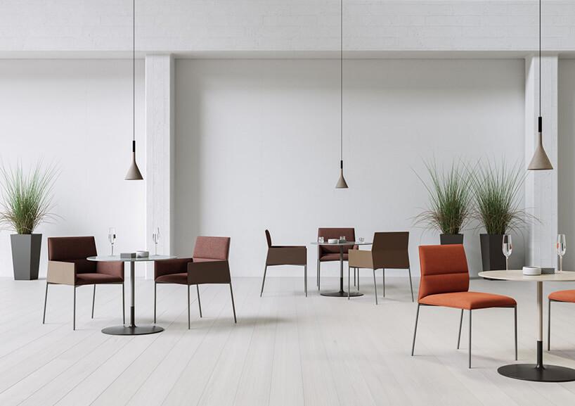 nowoczesne fotele przy kilku stolikach