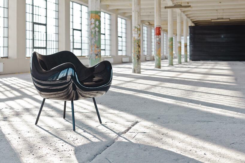 czarny fotel wjasnej hali produkcyjnej